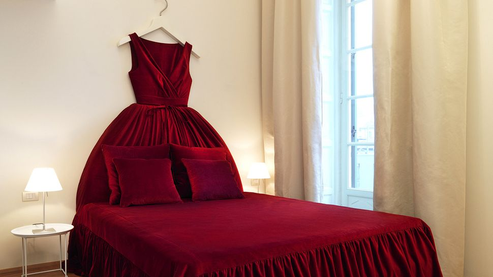 008463 07 red dress bed