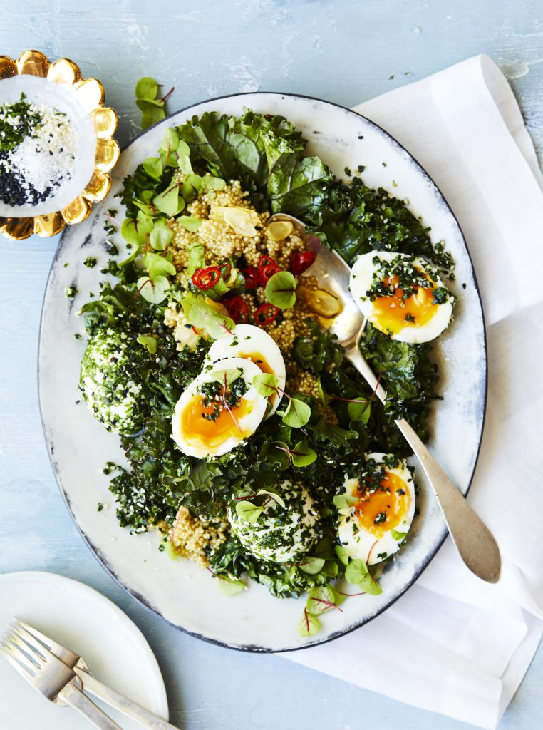 Green quinoa with sesame eggs